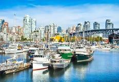 与格兰维尔桥梁和船的温哥华地平线在港口, BC,加拿大 免版税库存照片