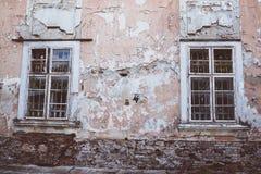 与格子的两个老窗口在葡萄酒墙壁 免版税库存图片