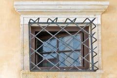 与格子的古老大厦在Banska Stiavnica,斯洛伐克 免版税库存图片