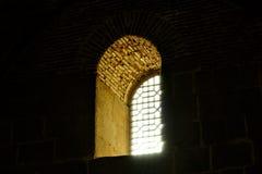 与格子的窗口在城堡 免版税库存照片