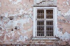与格子的老窗口在葡萄酒墙壁 库存照片