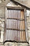 与格子的老锁着的窗口在葡萄酒墙壁 免版税图库摄影