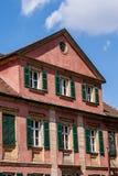 与格子窗口和绿色快门的历史建筑 免版税图库摄影