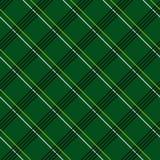与格子花呢披肩织品的抽象无缝的样式在深绿背景 免版税图库摄影