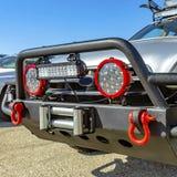 与格栅卫兵和适合的聚光灯的灰色SUV 免版税库存照片