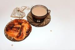 与桂皮卷的美好的咖啡休息概念 库存图片
