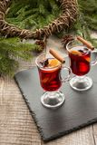 与桂香、桔子和圣诞树的圣诞节热的被仔细考虑的酒在船上 关闭 冬天传统饮料 库存图片