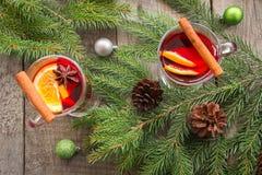 与桂香和圣诞树的被仔细考虑的酒在船上 顶视图和拷贝空间 免版税库存照片