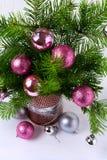 与桃红色、闪烁和银中看不中用的物品的圣诞节背景 库存照片