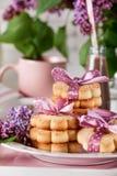 与桃红色丝带、淡紫色花和巧克力奶昔的饼干 免版税图库摄影