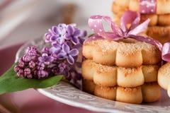 与桃红色丝带和淡紫色花的甜曲奇饼 库存图片