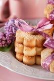 与桃红色丝带和淡紫色花的黄油曲奇饼 库存图片