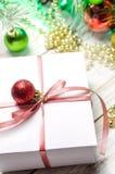 与桃红色丝带的圣诞节礼物在白色木背景 免版税图库摄影