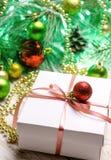 与桃红色丝带的圣诞节礼物在白色木背景 免版税库存照片