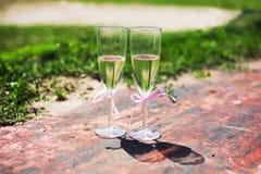 与桃红色丝带的婚礼玻璃 库存图片