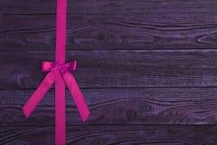 与桃红色丝带的板条木纹理背景 库存图片