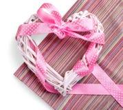 与桃红色丝带的逗人喜爱的装饰心脏在白色 免版税库存图片