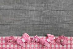 与桃红色丝带的破旧的别致的木灰色背景在白色che 免版税库存图片