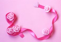 与桃红色丝绸丝带,玫瑰色花, Internati的柔和的背景 库存照片