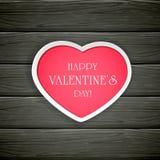 与桃红色华伦泰心脏的黑木背景 免版税库存图片