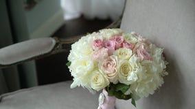 与桃红色和白玫瑰的新娘婚姻的花束