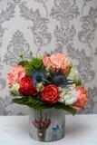 与桃红色和白玫瑰的特别春天植物布置 免版税库存照片