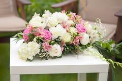 与桃红色和白玫瑰,婚礼之日的花的布置,户外 库存照片