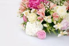 与桃红色和白玫瑰,婚礼之日的花的布置,户外 库存图片