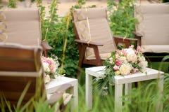 与桃红色和白玫瑰,婚礼之日的花的布置,胜过 图库摄影