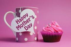 与桃红色圆点咖啡杯的愉快的母亲节杯形蛋糕 免版税库存照片