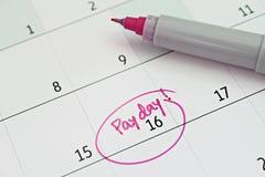 与桃红色圆识别标的日历在词发薪日为提醒 库存照片