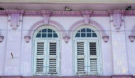 与桃红色墙壁的蓝色窗口在乔治市,马来西亚 图库摄影
