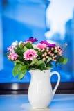 与桃红色大丁草的花花束 库存图片