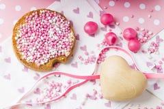 与桃红色大料球,muisjes,典型的各付己帐的面包干,当女婴是出生在荷兰 免版税库存图片