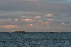 与桃红色天空和云彩的日出在Faerder国家公园,挪威海洋和群岛  免版税库存图片