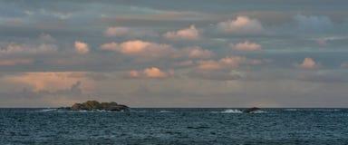 与桃红色天空和云彩的日出在Faerder国家公园,挪威海洋和群岛  免版税库存照片