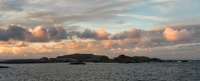 与桃红色天空和云彩的日出在Faerder国家公园,挪威,全景海洋和群岛  免版税库存照片