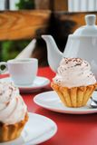 与桃红色奶油和洒的开胃蛋糕在桌上与a 图库摄影
