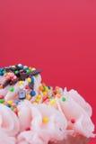与桃红色奶油的杯形蛋糕 库存照片