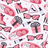 与桃红色妇女物品的无缝的样式喜欢suglasses,唇膏,鞋子,礼物,汽车控制板,在轻的背景的车速表 皇族释放例证