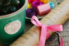 与桃红色弓、五颜六色的丝带和弓的包装纸卷 免版税图库摄影