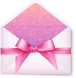 与桃红色弓的桃红色开放信封 免版税图库摄影