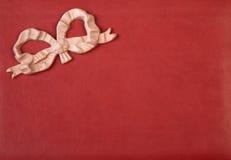 与桃红色弓的皮革纹理 库存图片