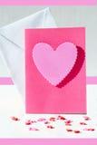 与桃红色心脏的卡片 免版税库存照片