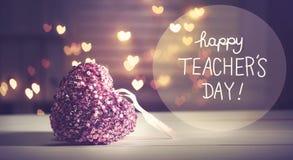 与桃红色心脏的愉快的老师` s天消息 库存照片