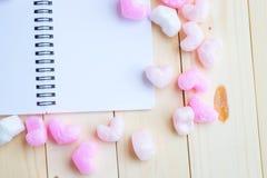 与桃红色心脏的空白的笔记 库存照片