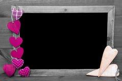 与桃红色心脏的黑白Blackbord,拷贝空间 免版税图库摄影