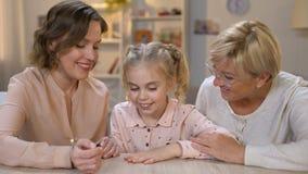 与桃红色擦亮剂,家庭时间的爱的母亲绘画女儿钉子一起 股票视频