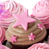 与桃红色星形的巧克力杯形蛋糕 免版税库存图片