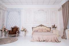 与桃红色毯子的葡萄酒木床 免版税库存照片